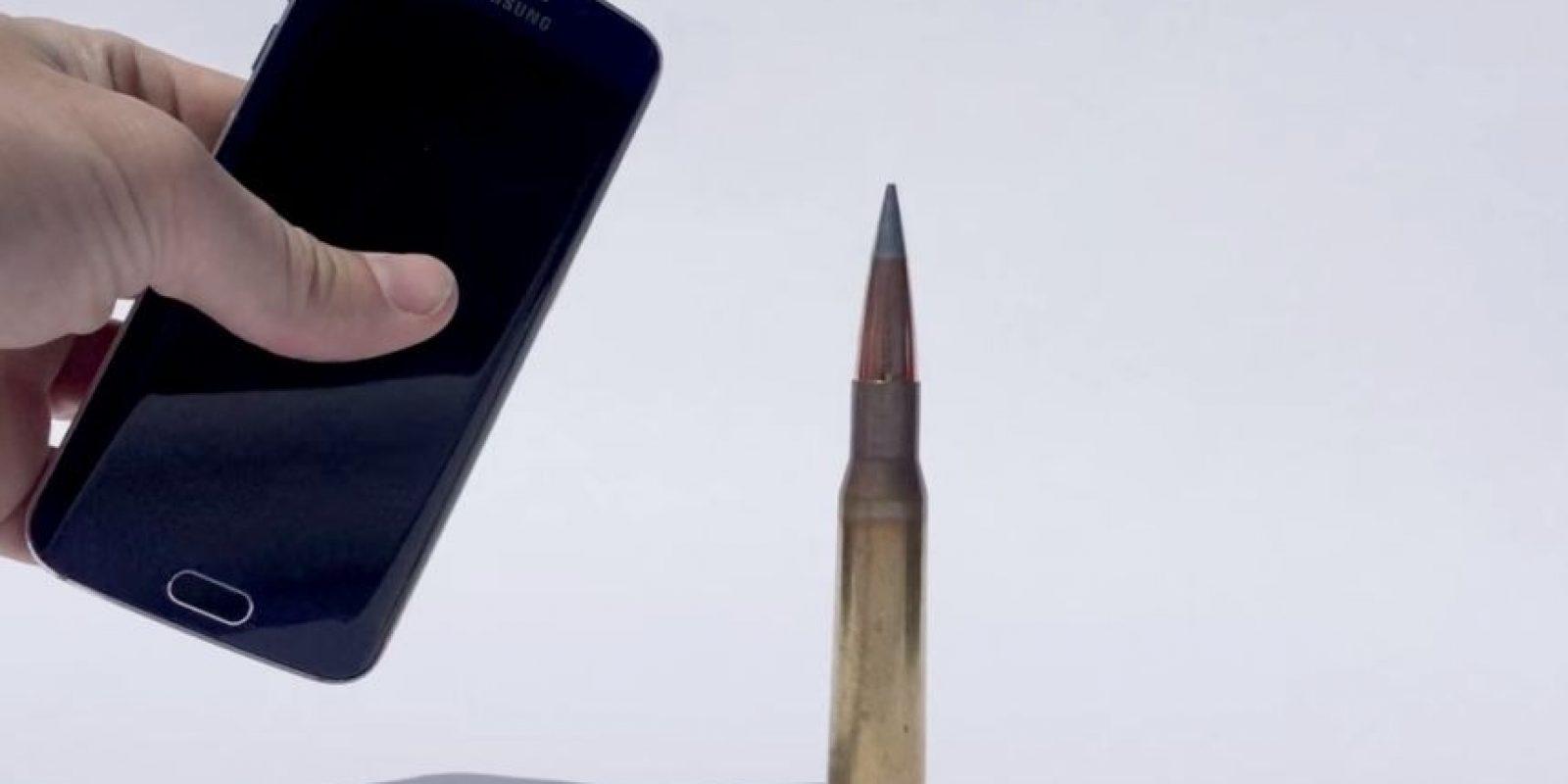 El smartphone de Samsung tiene una pantalla curvada. Foto:FullMag