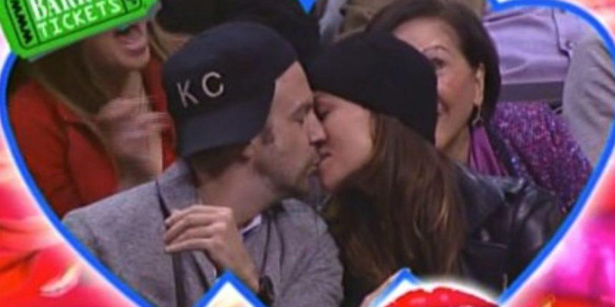 VIDEO: Pareja se besó en la