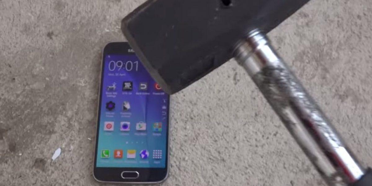 VIDEO: Así destruyen un Samsung Galaxy S6 con un martillo