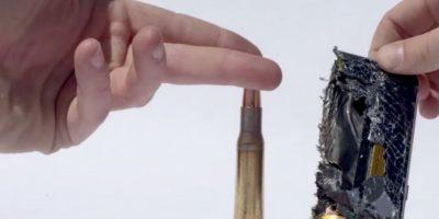 La fuerza de la bala calibre 50 lo destruye por la mitad. Foto:FullMag