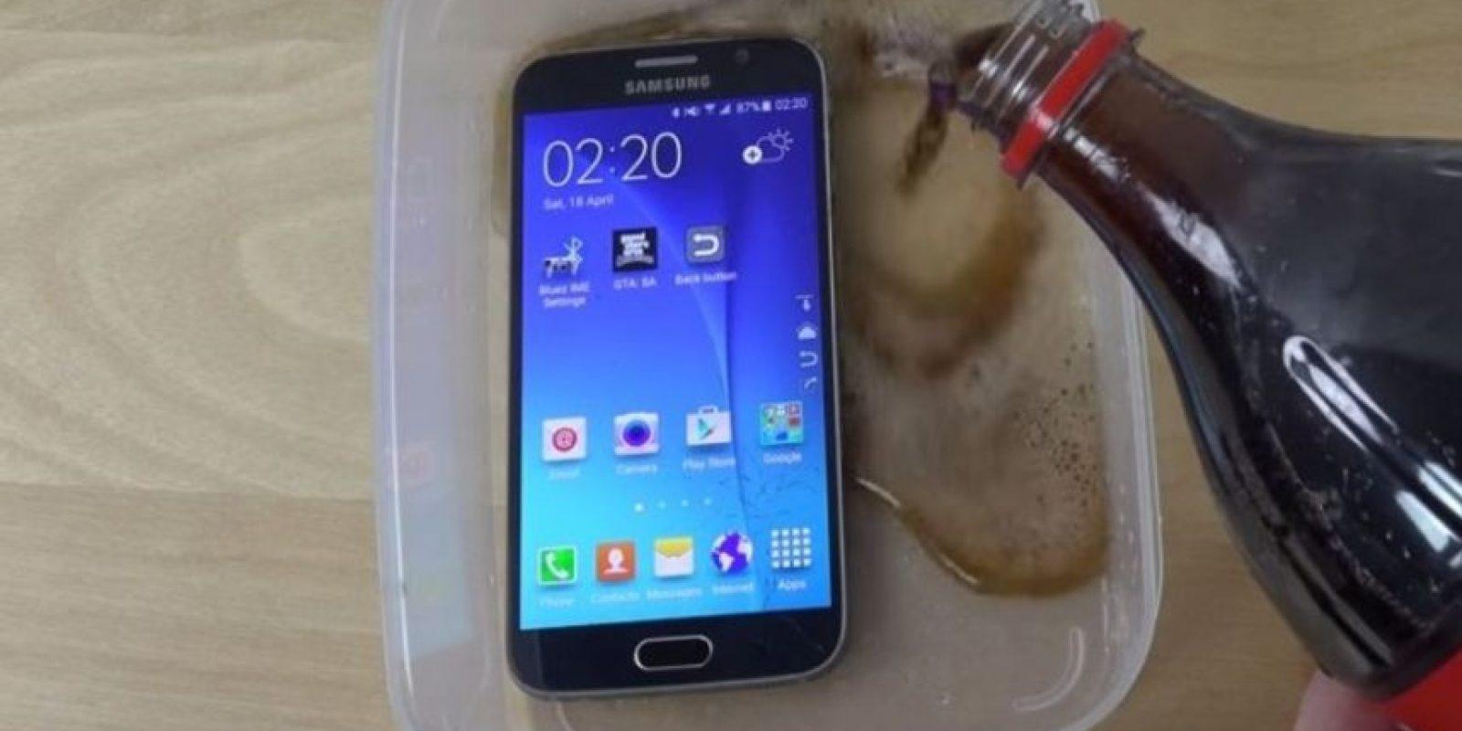 El Galaxy S6 fue sumergido en refresco de cola. Foto:adrianisen
