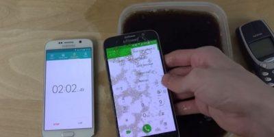 A pesar del líquido, el smartphone no se arruinó. Foto:adrianisen