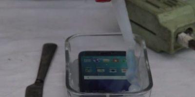 La silicona no permite introducir los audífonos, cargar el dispositivo ni maniobrar la pantalla. Foto:PeripateticPandas