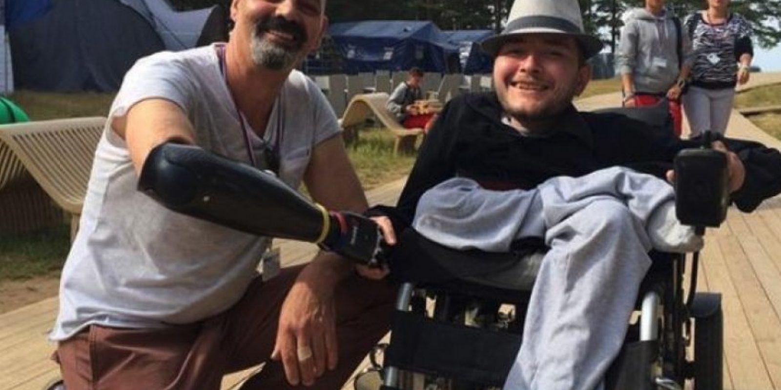 Valery Spiridonov, programador ruso de 30 años de edad, quien sufre de atrofia muscular espinal, se someterá a una cirugía en 2017. Foto:Twitter.com/MaltsevIS