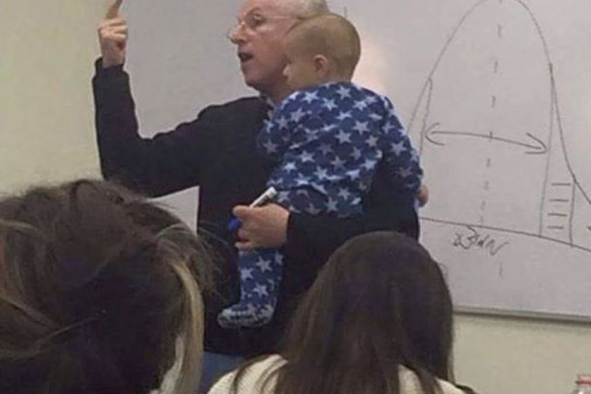 """En la Universidad Hebrea de Jerusalén, el Dr. Sidney Engelberg es encargado de dictar una materia llamada """"Comportamiento Organizacional"""". Permite a las madres jóvenes traer a sus bebés a clase. Foto:vía Imgur"""