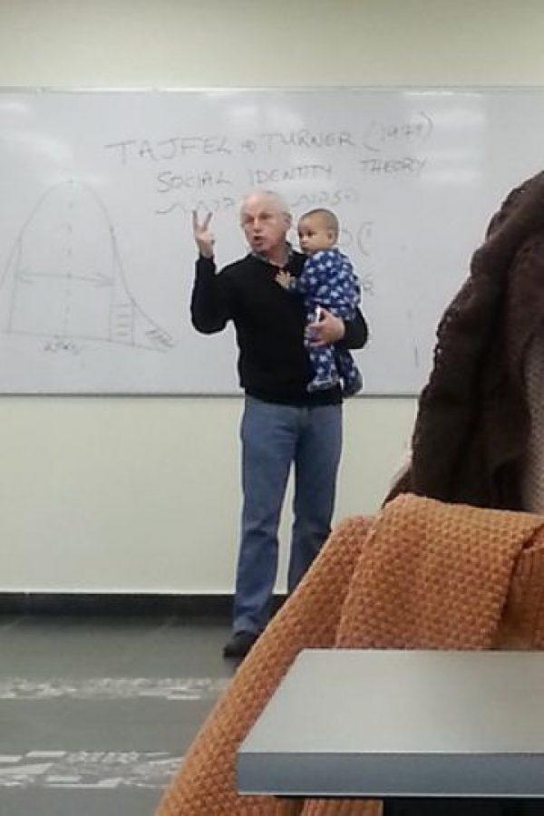 Un niño comenzó a llorar desesperado. Así que el hombre, viendo a la apurada madre, tomó al niño entre sus brazos. Foto:vía Imgur