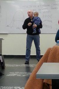 """Lo calmó """"mágicamente"""" y siguió dictando la clase. La foto se volvió viral. Foto:vía Imgur"""