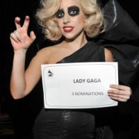 Lady Gaga, con smokey eyes, pero burdos. Foto: vía Getty Images