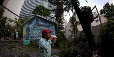 Ismael Bermúdez, se ha negado a vender su pequeña casa de madera porque la cree un lugar sagrado. Foto:Getty Images