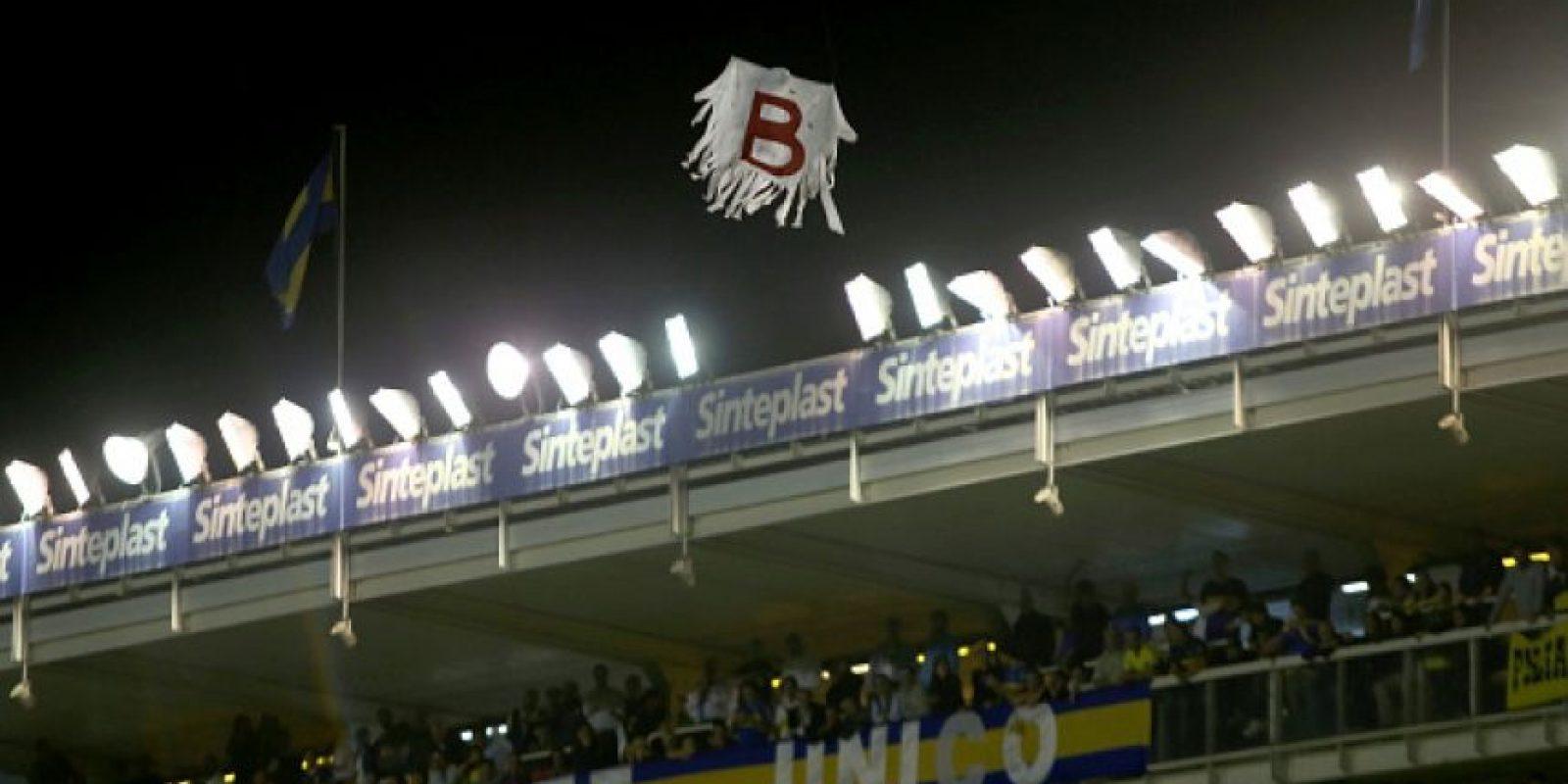 """Aprovechando el paro, la afición """"xeneize"""" aprovechó para sobrevolar un dron por las gradas de la """"Bombonera"""", el cual llevaba una imagen del """"fantasma de la B"""" para recordarle a River Plate su descenso en 2008. Foto:Getty Images"""