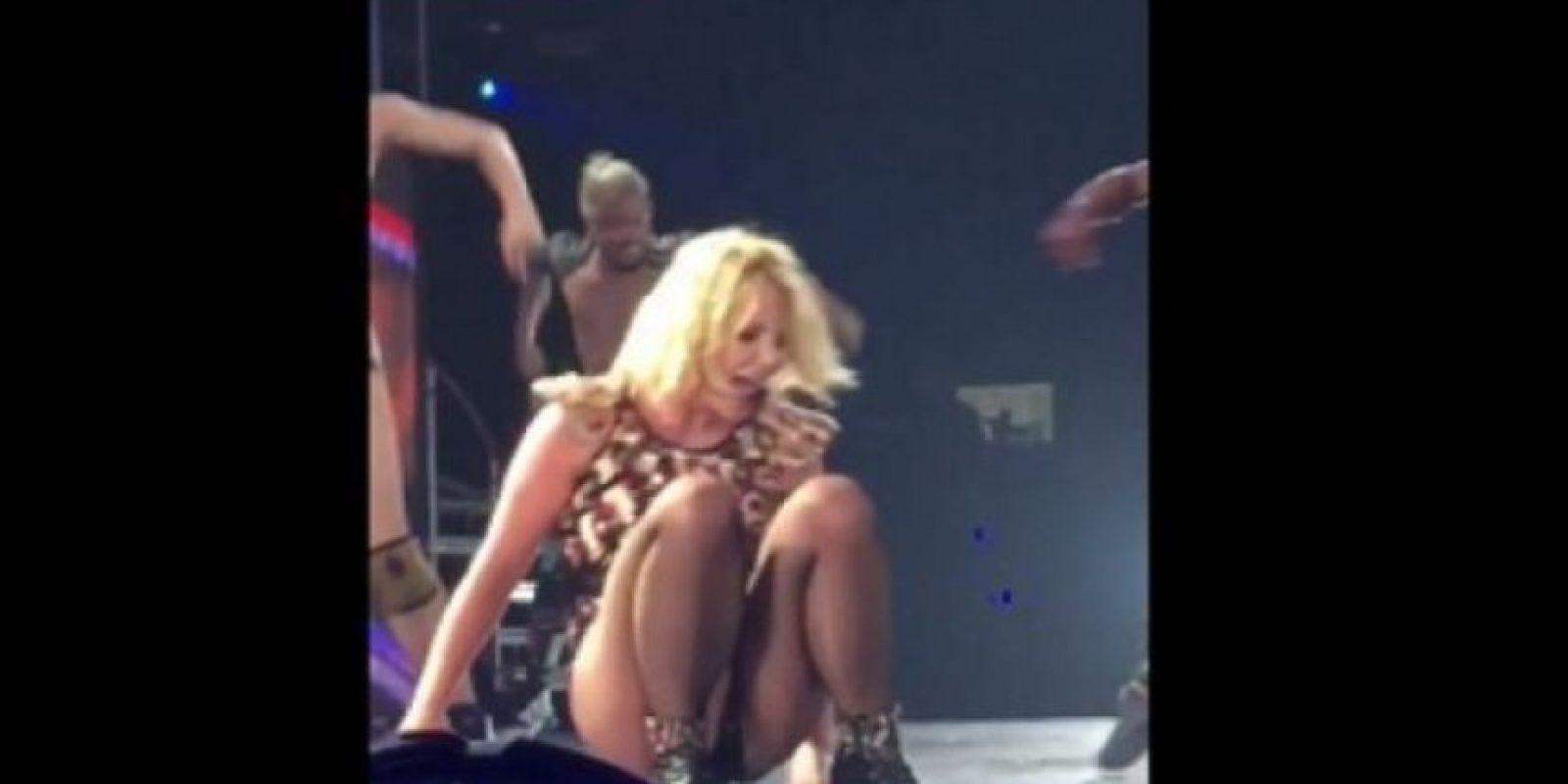 La cantante ofreció un show en el Planet Hollywood de Las Vegas y mientras saltaba en el escenario, al interpretar la última canción, su pie izquierdo se le torció, lo que provocó que terminara en el piso. Foto:YouTube