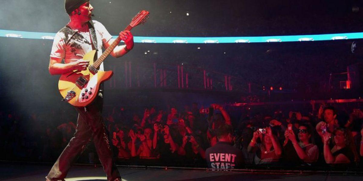 VIDEO: Miren el momento en que el guitarrista de U2 cayó del escenario