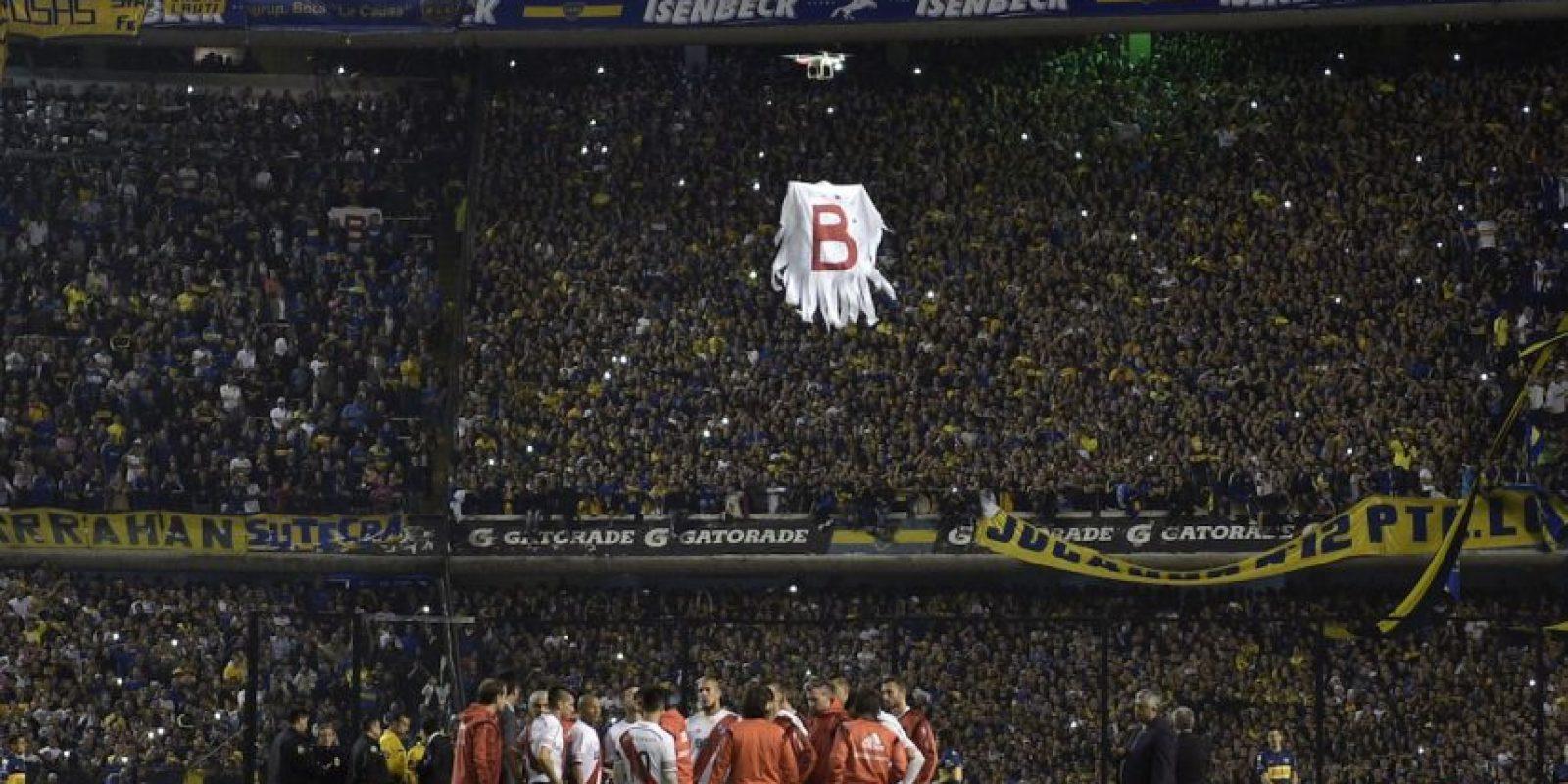 """Aprovechando el paro, la afición """"xeneize"""" usó un dron para burlarse de River Plate haciendo volar el """"fantasma del descenso"""" por las gradas del estadio. Foto:AFP"""