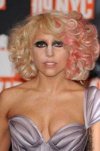 Lady Gaga, con el polvo traslúcido como elemento notorio. Fue algo muy popular en el maquillaje de años pasados. Foto:vía Getty Images