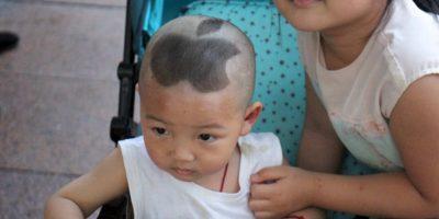 Este es el caso de un pobre niñito chino al que le cortaron el pelo así. Foto:vía Barcroft Media