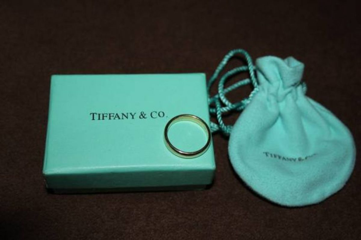 Otra persona vende un anillo de matrimonio con un valor de mil dólares. Foto:vía Craiglist