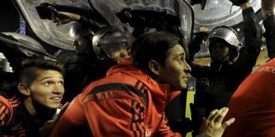 Boca tuvo que ser escoltada. No sin antes saludar a su hinchada. Foto:vía AFP
