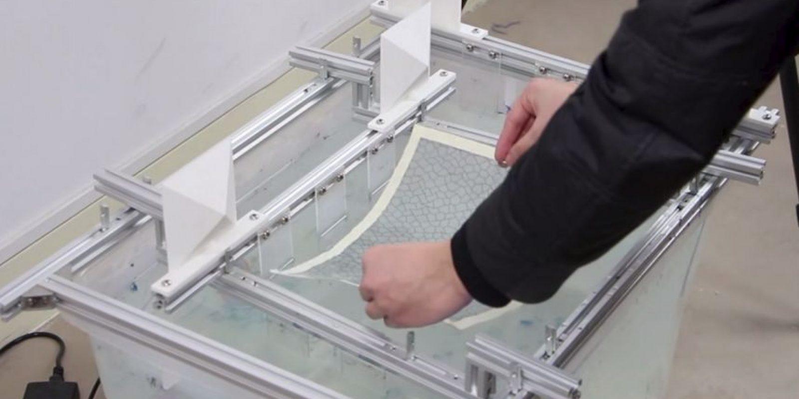 El proceso comienza colocando la impresión de alcohol de polivinilo en el gel especial Foto:Yizhong Zhang, Chunji Yin, Changxi Zheng and Kun Zhou