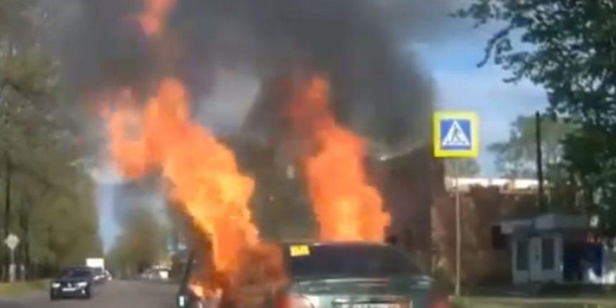 VIDEO: El auto de esta mujer se incendió mientras ella lo manejaba