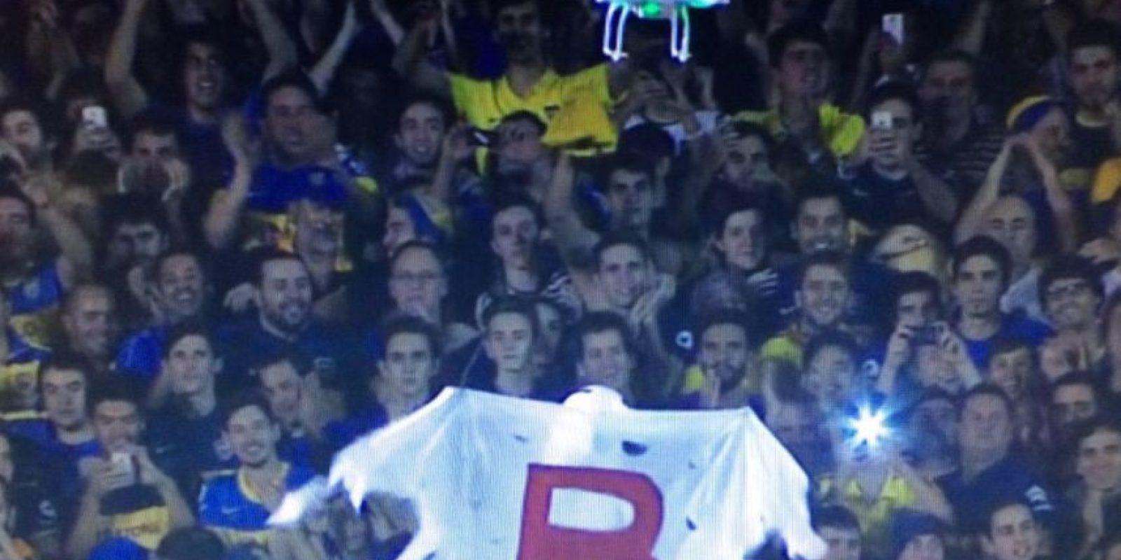 """Este artefacto paseó por las gradas del estadio al """"Fantasma de la B"""", una clara referencia al descenso vivido por los """"Millonarios"""" en 2011. Foto:Vía twitter.com"""