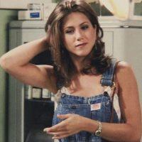 """Peinado """"Rachel"""" y overol desgastado. Foto:vía NBC"""