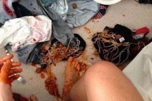La que disfrutó la cena con los pies. Foto:vía Imgur