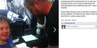 """Jason Ward """"tatúa"""" a una mujer con Síndrome de Down cada viernes Foto:Facebook"""