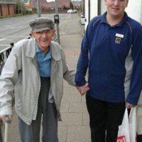 Este joven trabaja en un supermercado. Ayudó a un anciano a llevarle la compra hasta su casa. Foto:vía Facebook