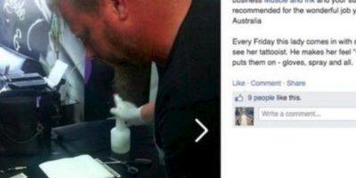 """Este hombre """"tatúa"""" a una mujer con Síndrome de Down cada jueves. Foto:vía Facebook"""