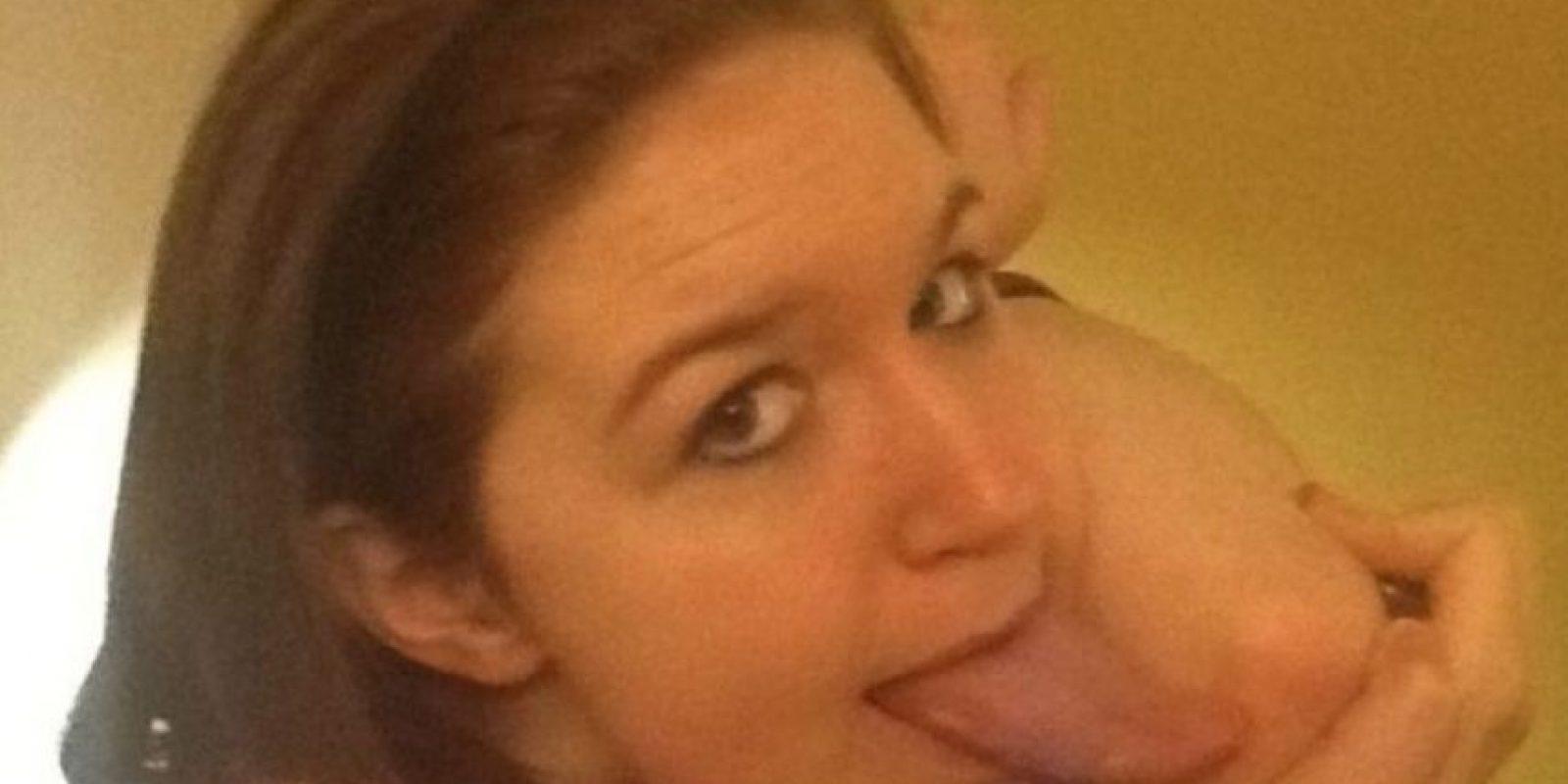 Una foto publicada en Internet en la que la chica saca la lengua, pronto se hizo viral, y no es para menos pues Lewis rebasa con la lengua su barbilla y nariz, además de alcanzar su codo y llega hasta su ojo con un poco de ayuda. Foto:Facebook.com/pages/Adrianne-Lewis