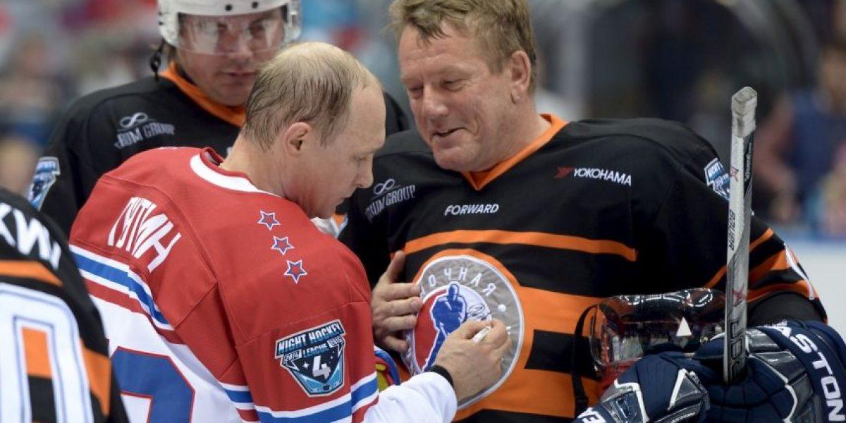 ¡Lo hizo de nuevo! Vladimir Putin sorprende jugando hockey sobre hielo