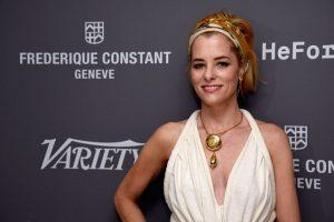 Cadena de oro, enterizo blanco y accesorio grande con un peinado desaliñado. Ella sigue en 2003. Foto:vía Getty Images