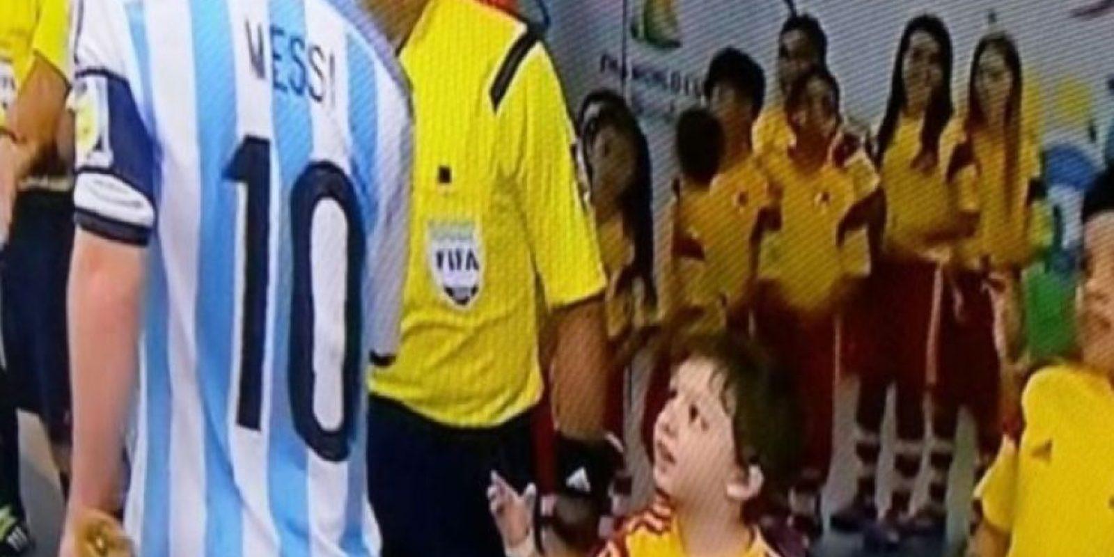En el Mundial de Brasil 2014 no respondió el saludo a un niño, antes del partido contra Bosnia. Foto:Youtube: David John