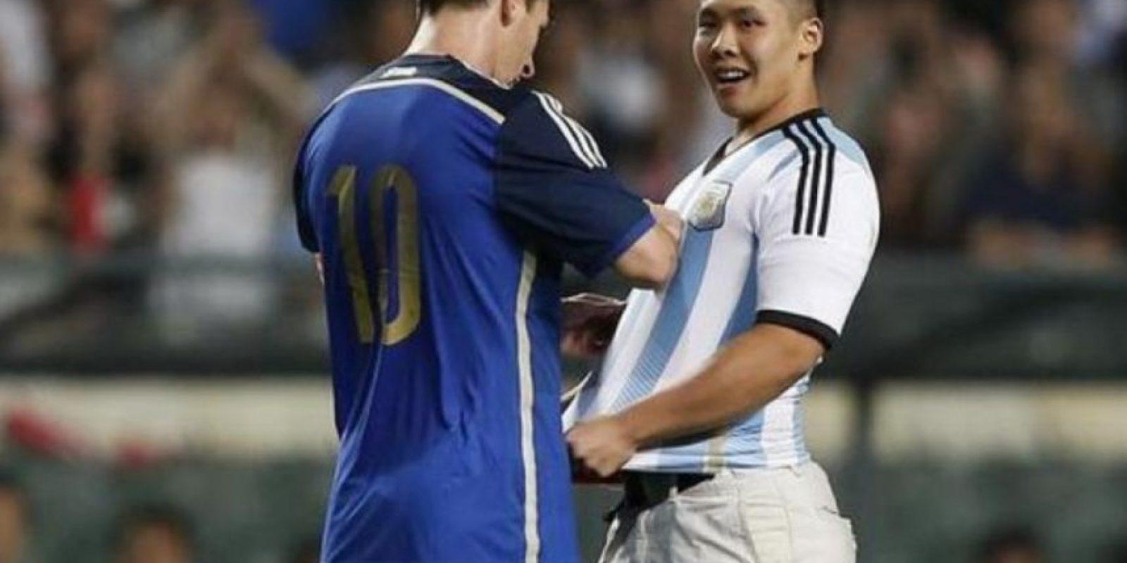 En la gira de la Selección argentina a Asia, se dio tiempo para firmar una camiseta a un hincha que invadió la cancha. Foto:Getty Images
