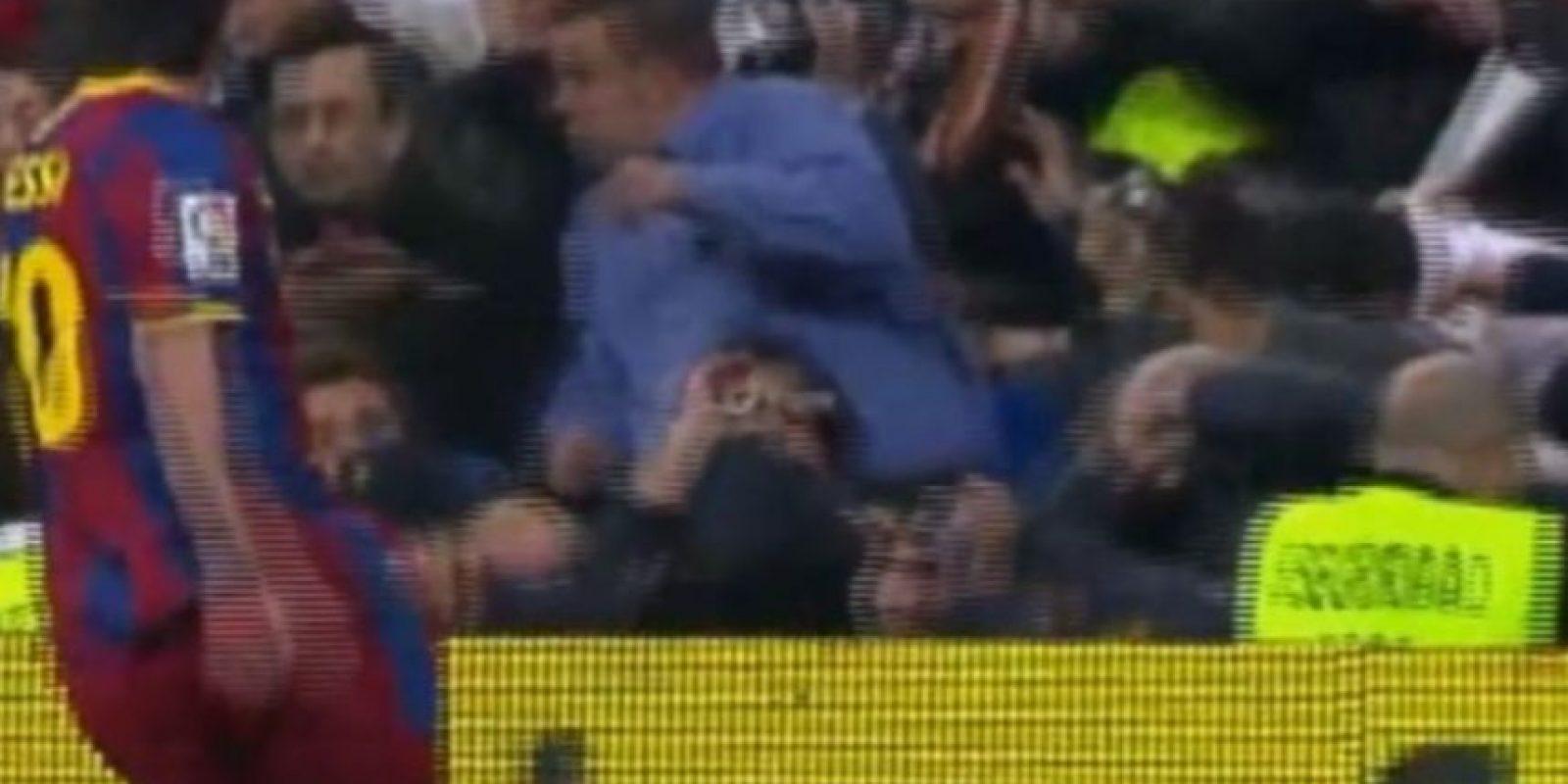En un clásico ante Real Madrid, le tiró un pelotazo a los hinchas merengues que reprobaron su acción, al igual que los futbolistas blancos. Foto:Youtube: movioladefutbol