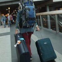 Los agentes de seguridad del aeropuerto al pasar la maleta por un escáner descubrieron que en lugar de ropa aparecía la silueta de un menor. Foto:Getty Images