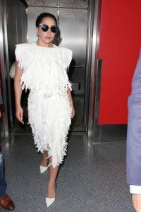 También por hacerla trabajar horas extra. Llegaron a un acuerdo extrajudicial, pero se reveló en una grabación cómo Lady Gaga se despachaba contra esta. Foto:vía Getty Images