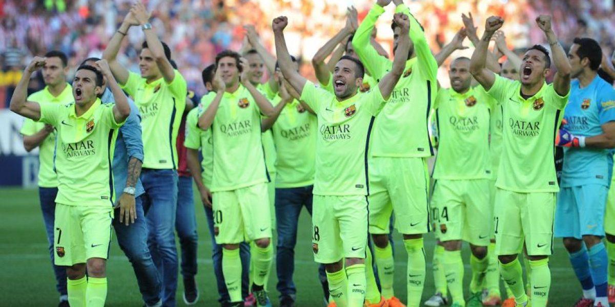Tiernos momentos: Futbolistas de Barcelona celebran título con sus hijos