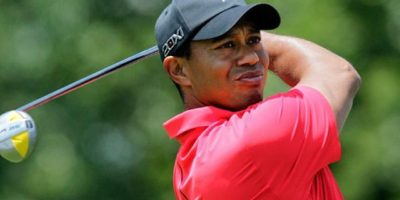 Ser el mejor no implica no tener agüeros. El golfista estadounidense Tiger Woods siempre usa una camiseta polo roja, más aún cuando se trata de rondas finales. Esta tradición viene desde casa, ya que su mamá cree que el 'poder' de su hijo está en el color que usa. Foto:AFP