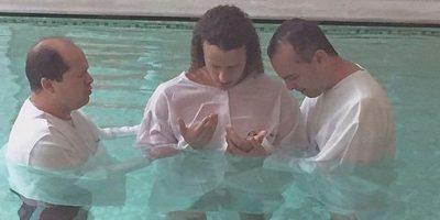 El defensa brasileño David Luiz, luego de terminar la temporada con el PSG decidió bautizarse. Igualmente reafirmó su compromiso de no tener relaciones sexuales con su pareja Sara Madeira hasta casarse. Foto:AFP