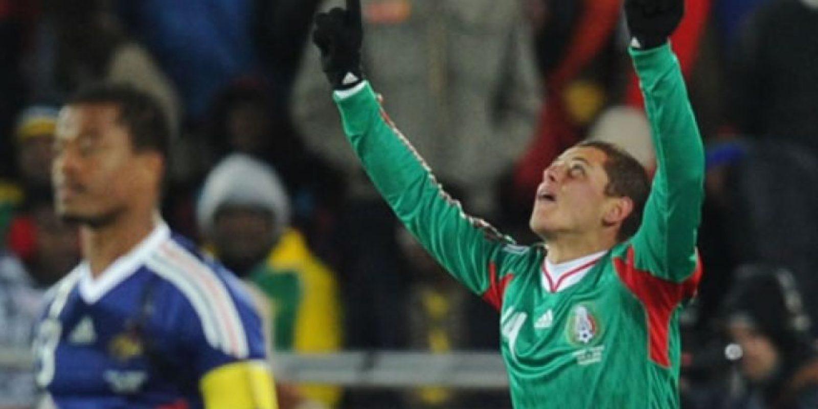 Javier 'Chicharito' Hernández, a pesar de jugar poco en el Real Madrid, cuando lo hace, antes de comenzar el partido, suele arrodillarse a rezar por unos segundos. Con la selección mexicana mantiene mantiene esta costumbre. Foto:AFP