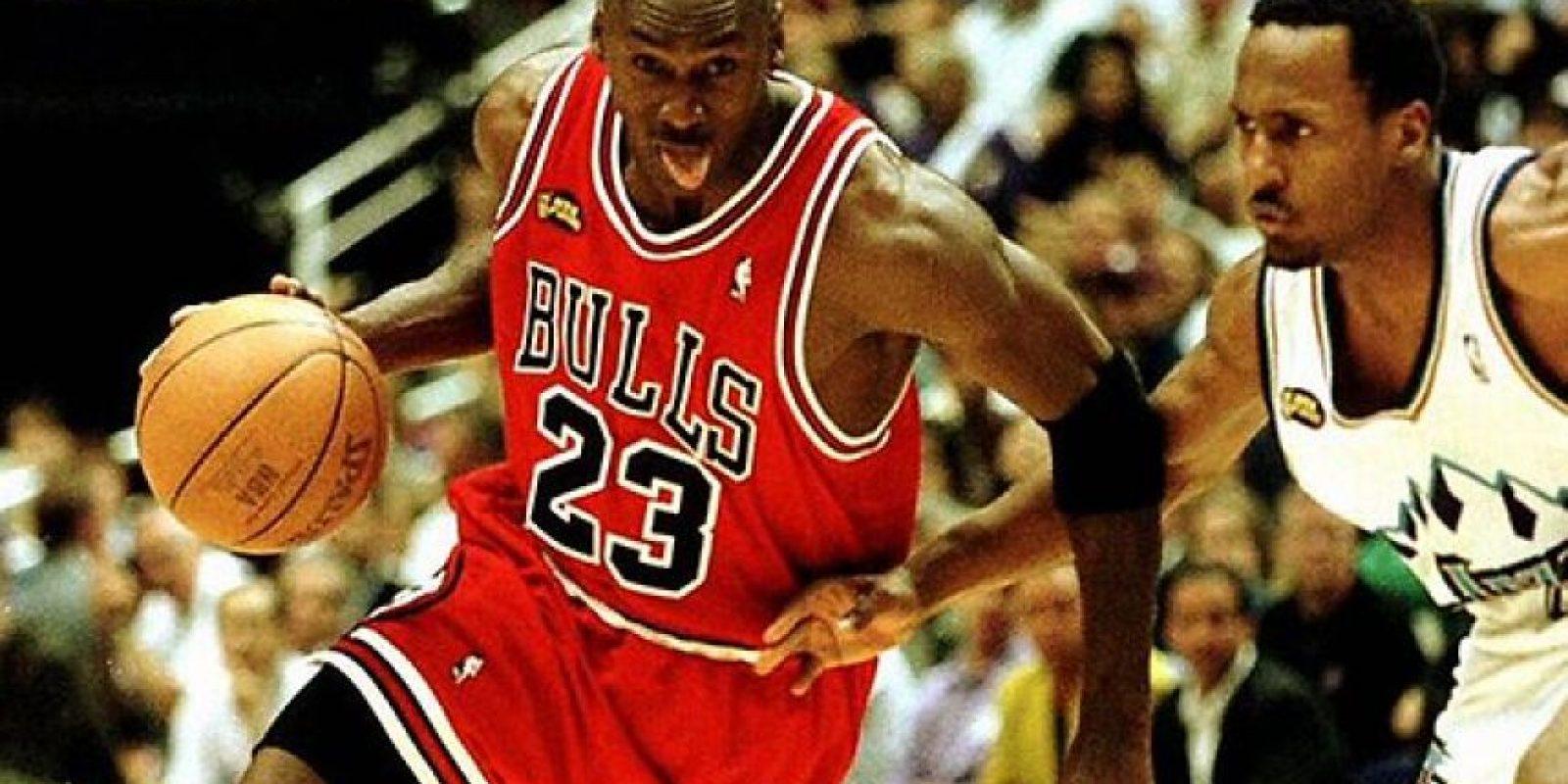 Michael Jordan, el basquetbolista más recordado de la NBA a nivel mundial contó que cada vez que jugaba con los Toros de Chicago, usaba el mismo short con el que jugaba en la universidad, algo que le trajo suerte y con lo cual alcanzó seis campeonatos de la NBA con este equipo. Foto:AFP