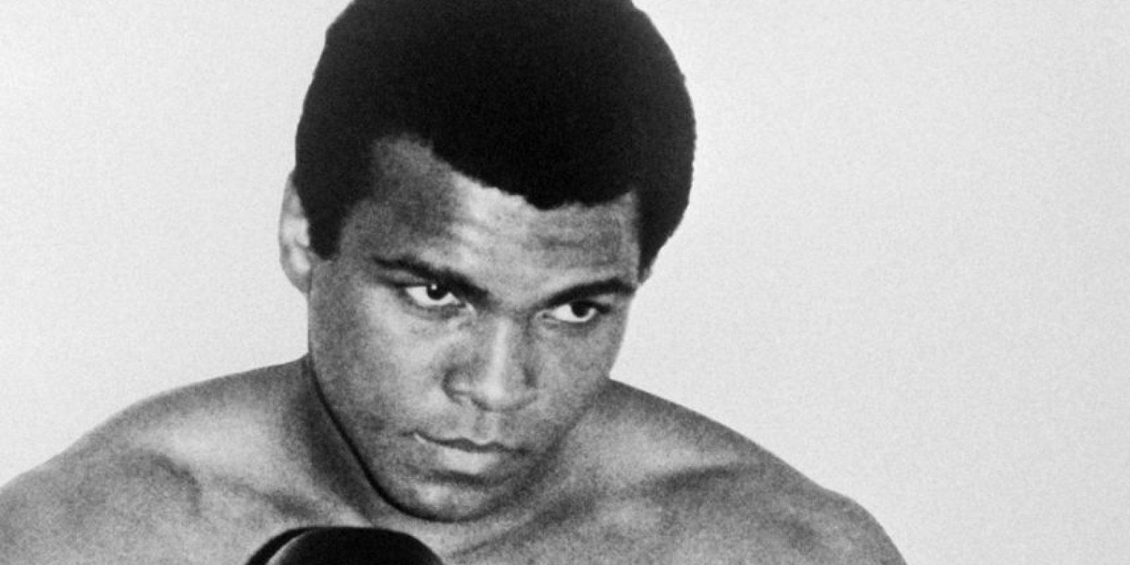 """En 1974, cuando Mohamed Alí iba a enfrentar a Foreman por el título mundial, visitó un brujo en África que le dijo que cada vez que terminara un round gritara """"Ah-Lee, ¡Bomm ya it!"""", para obtener la victoria y mantener el campeonato mundial de peso completo. Foto:AFP"""