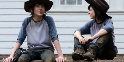 "Chandler Riggs y su doble en ""The Walking Dead"" Foto: Vía distractify.com/"