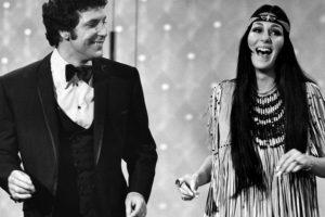"""Cher puso de moda la apariencia """"hippie"""": pantalones bota campana y cabello larguísimo. Foto:vía Getty Images"""