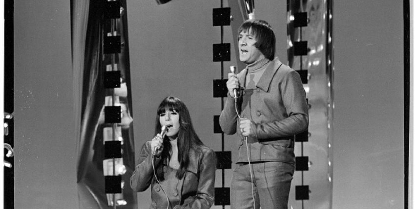 Su voz es contralto. Comenzó con el dúo Sonny & Cher. Foto:vía Getty Images