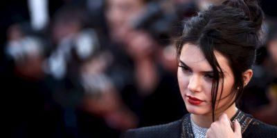 """Kendall también desató la polémica al dejarse """"tocar"""" los pechos por una de sus amigas Foto:Getty Images"""