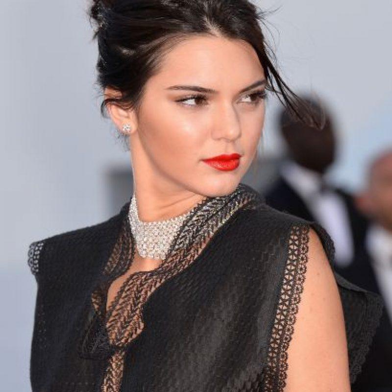 Kendall lució un top negro dejando su torso al descubierto Foto:Getty Images