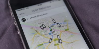 Uber es una popular app para pedir taxis. Foto: Getty Images