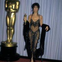 Aqui, con su Oscar de 1987. Foto:vía Getty Images